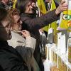 Los ganaderos reparten 3.000 litros de leche en Córdoba como medida de protesta ante la falta de legislación que les garantice cubrir costes