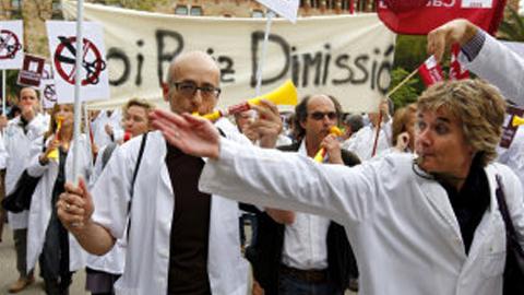 Los sindicatos SATSE, CCOO, UGT, CGT, CSIF y USAE se encierran en la gerencia del Distrito Sanitario de Sevilla