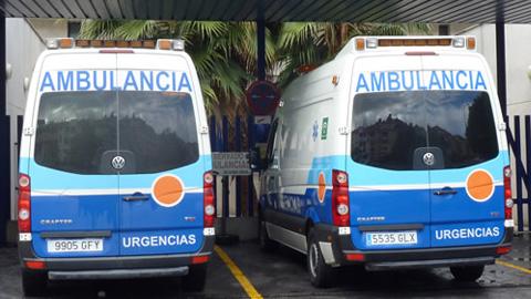 Trabajadores del sector de las ambulancias se concentran ante las puertas del Servicio Andaluz de Salud contra los recortes presupuestarios