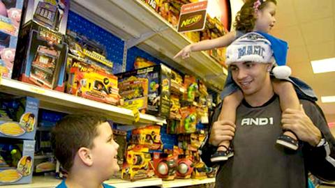 El Consejo Audiovisual de Andalucía recomienda a los padres y a las madres comentar los anuncios de juguetes con sus hijos para formentar actitudes críticas