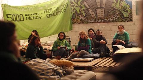 'Docentes Andaluces por la Educación Pública' protestan contra los despidos de interinos a las puertas del aeropuerto de Sevilla