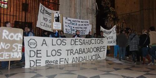 Los trabajadores de la planta de Sanitarios Roca de Alcalá de Guadaíra mantienen su encierro en la catedral de Sevilla en protesta por el cierre de la fábrica y el despido de 200 empleados