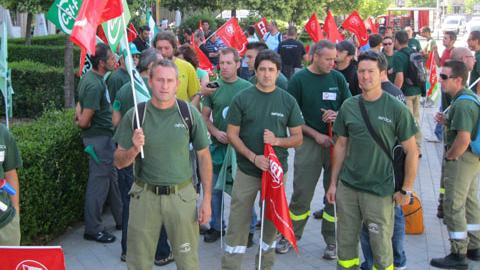 La Junta de Andalucía pide a los trabajadores despedidos del INFOCA que abandonen las medidas de protesta y se compromete a activar la Bolsa de Trabajo del dispositivo