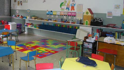 Familias desfavorecidas de la localidad gaditana de Chipiona reciben becas para libros de texto y material escolar para el primer ciclo de infantil