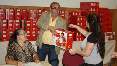 El alumnado de infantil de los centros educativos de la localidad sevillana de San Juan de Aznalfarache disfrutan de la campaña de gratuidad de libros que pone en marcha el Ayuntamiento