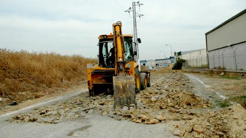 El Plan de Fomento del Empleo Agrario 2013/14 comienza en la localidad sevillana de Los Palacios y Villafranca con unas obras para mejorar las conexiones en el Polígono Industrial El Muro