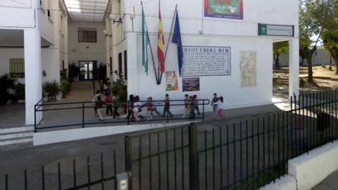 La localidad cordobesa de La Rambla ayuda en la vuelta al curso escolar a familias con pocos recursos  repartiendo lotes de alimentos, ropa infantil y material escolar