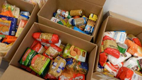 La localidad onubense de Beas pone en marcha junto a Cruz Roja una campaña solidaria de distribución de alimentos en la que pueden inscribirse las familias con pocos recursos