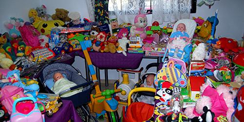 La asociación 'Cuenta Conmigo' y Cruz Roja reparten juguetes a los niños del municipio cordobés de Rute