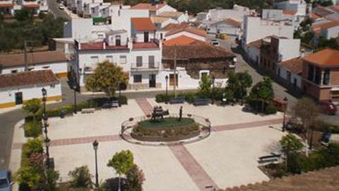 Comienzan las obras para la reforma de la Plaza de la Constitución del municipio sevillano de El Ronquillo con la construcción de zonas de sombra, parque infantil y nueva zona de encuentro de jóvenes