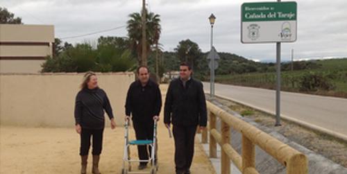 El Plan Provincial de Obras y Servicios de la Diputación de Cádiz construye un sendero peatonal en la Cañana del Tarajate, en el municipio de Vejer de la Frontera, para eliminar el peligro de caminar por la propia carretera