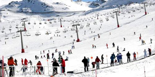 La estación de esquí Sierra Nevada adelanta la apertura todos los domingos de dos remontes y cuatro recorridos de pistas recién pisadas para su uso por esquiadores expertos