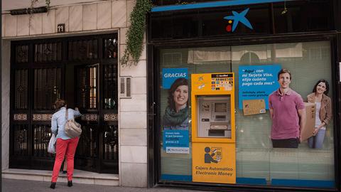 Una pareja de ancianos de Jerez de la Frontera recupera los ahorros de su vida tras haberlos perdido al ser engañados por el director de una oficina de Cajasol, hoy Caixabank, que les convirtió el dinero en deuda subordinada sin su consentimiento