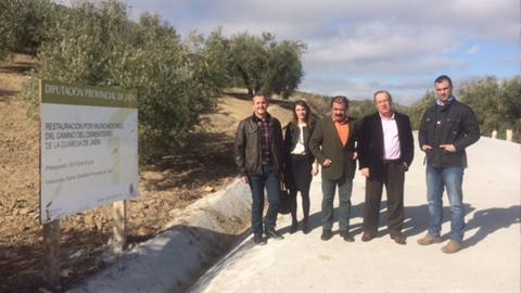 Comienzan la colocación de un nuevo firme y un nuevo sistema de drenaje en el camino del cementerio de La Guardia de Jaén tras producirse el hundimiento de la calzada por el temporal