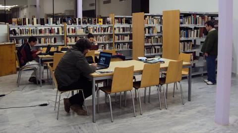 """La iniciativa """"El Placer de Leer"""", que tiene el objetivo de incentivar la lectura entre la juventud, trae al autor Miguel Brieva a un encuentro con el alumnado de un instituto de Castilblanco de los Arroyos"""