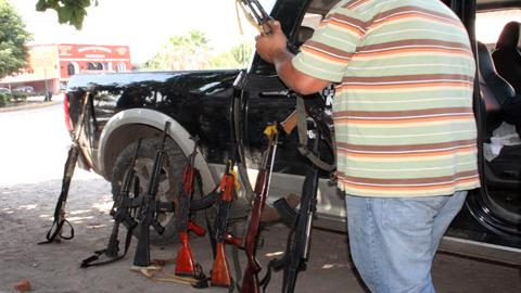 En México, las autodefensas de Michoacán inician su proceso de desarme, cuyo fin estña previsto para el próximo 10 de mayo