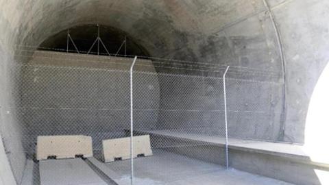 Vecinos y vecinas de Vera y el Levante almeriense protestan por el tapiado del túnel del AVE tras la paralización de las obras mientras que Adif asegura que el cierre del tramo se ha realizado por motivos de seguridad