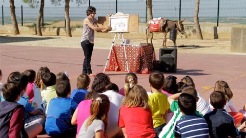 Escolares de Escacena del Campo reciben la visita de Platero dentro de una de las inciativas promovidas por la Diputación de Huelva con motivo de la celebración del centenario de la obra de Juan Ramón Jiménez