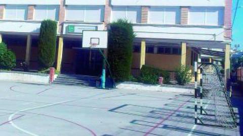 Padres y madres del alumnado del IES Antonio de Mendoza en Alcalá la Real recogen firmas para pedir una unidad más para el centro educativo y así poder atender a la creciente demanda de matriculación
