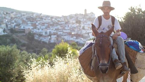 El equipo de la iniciativa Larreadio, radio itinerante que se mueve a lomos de una mula, llega a Almedinilla para darle voz a las historias de los vecinos y vecinas de la localidad cordobesa
