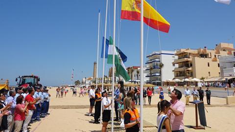 Chipiona inaugura su temporada alta de playas con mayor número de banderas azules, tras las dos recuperadas en las playas de Regla y Las Tres Piedras