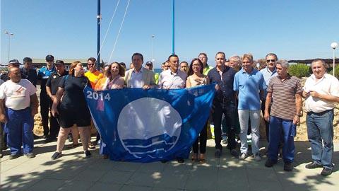 La playa urbana de Punta Umbría consigue la distinción de bandera azul, tercera playa de la localidad en hacerlo junto a las de El Portil y el puerto deportivo de la APPA