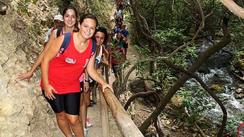 45 jóvenes de Álora disfrutan de un emocionante fin de semana en el Albergue «El Bosque» de Cádiz, en plena sierra de Grazalema, donde han realizado varias actividades deportivas