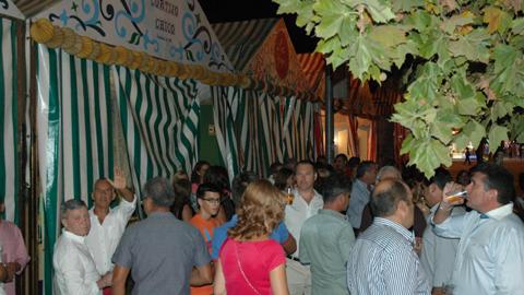 Buen ambiente en el encendido del alumbrado de la 'Feria de los Farolillos' de Los Palacios y Villafranca que se prolongará hasta el próximo domingo 31 de agosto