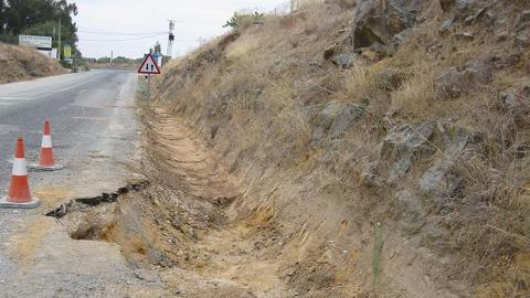 Diversos tramos de las carreteras de Paradas se renovarán debido a la peligrosidad que entrañan la acumulación de barro y los desprendimientos en el alquitranado