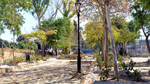 Las personas mayores de Antequera pueden realizar ejercicio físico adaptado a su edad gracias a la instalación de cinco módulos de aparatos biosaludables en la expansión de los Jardines de la Negrita