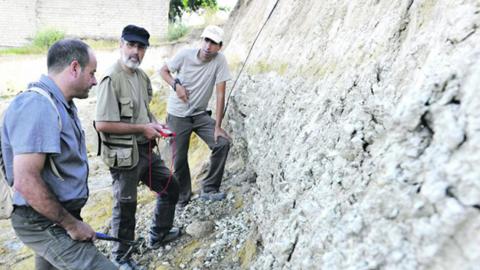 Un grupo de investigadores realizan trabajos de campo en la comarca de La Loma para recopilar datos sobre la serie sísmica que se registra en la zona desde el pasado 17 de agosto con vistas a determinar la causa exacta de estos movimientos de tierra
