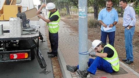 Comienzan los trabajos de renovación de la red de alumbrado público en Mazagón con el objetivo de mejorar las prestaciones y seguridad de este servicio y buscar el ahorro en las arcas municipales moguereñas