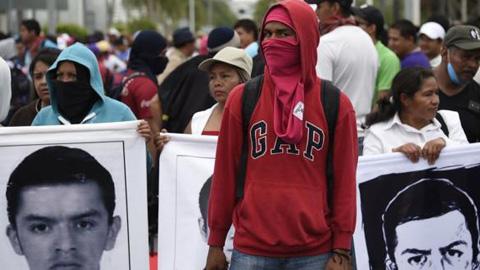 Manifestantes de Iguala bloquean en señal de protesta el aeropuerto de Acapulco para pedir resultados en la investigación sobre los 43 jóvenes mexicanos desaparecidos desde el mes de septiembre