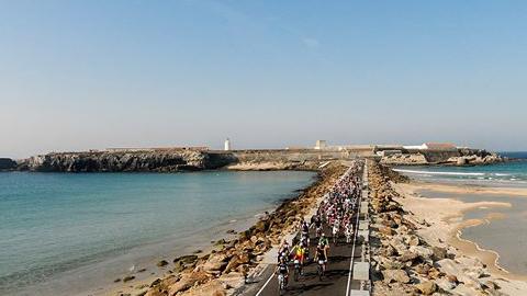 Las personas aficionadas al ciclismo de Tarifa cuentan con nuevas señalizaciones de precaución para evitar accidentes en los puntos más conflictivos
