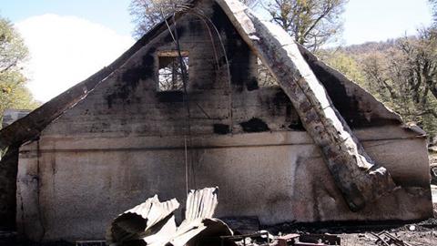 El grupo Resistencia Ancestral Mapuche reclama su autoría en dos incendios en señal de protesta para denunciar la invasión de sus territorios