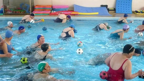Más de 200 mayores de Huelva podrán disfrutar de una nueva edición de la Campaña de Natación-Aquagym donde podrán realizar ejercicios acuáticos para mejorar su salud de manera totalmente gratuita