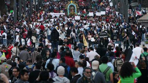 Los familiares de los estudiantes desaparecidos en México intensifican las protestas tras la identificación del cadáver de uno de los normalistas.