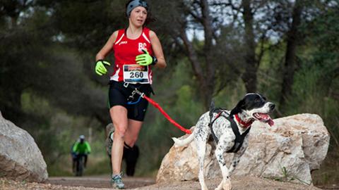 La Iruela celebra la primera edición de Canicross Sierra de Cazorla, una carrera benéfica en la que los corredores participan junto a sus perros