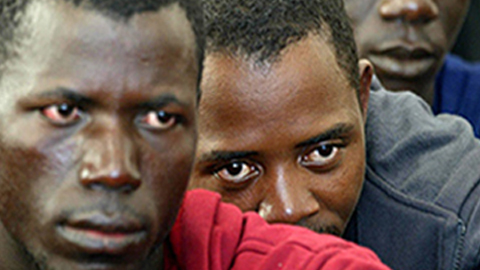 Diez personas inmigrantes arriban a una playa de Ceuta en una embarcación