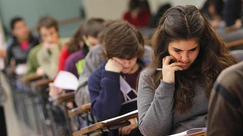 El nuevo currículo básico de Educación Secundaria Obligatoria (ESO) y de Bachillerato, con la inclusión del fomento por parte de las administraciones educativas del rechazo a la violencia terrorista, sale adelante entre las críticas al ministro José Ignacio Wert