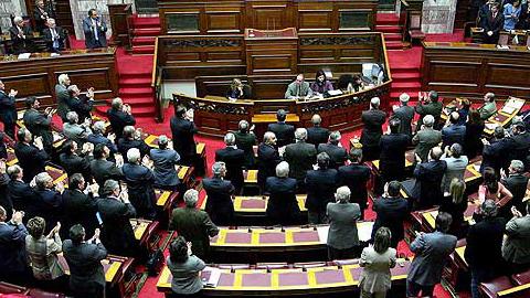 El Parlamento empuja a Grecia a elecciones anticipadas al no conseguir elegir este lunes al nuevo presidente del país, partiendo el izquierdistas Syriza como favorito