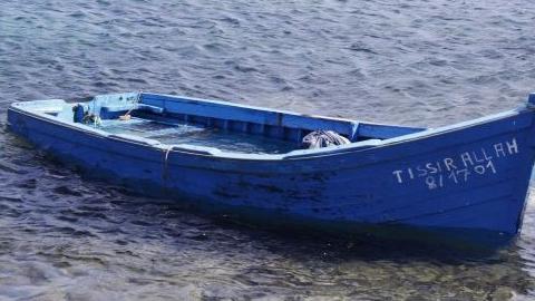Localizan un barco a la deriva con 450 personas inmigrantes cerca de Italia, dos días después de que otra embarcación con casi 800 personas inmigrantes arribara a las costas del sur del país