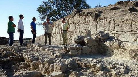 El Ministerio de Economía y Competitividad financia con unos 36.000 euros durante un periodo de tres años las excavaciones en los cerros de la Merced en Cabra y de la Cruz en Almedinilla