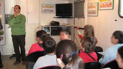 El autobús de la campaña 'Aprende a crecer con seguridad' visitará centros educativos de la provincia de Córdoba con el fin de concienciar al alumnado en el ámbito de la seguridad y la prevención