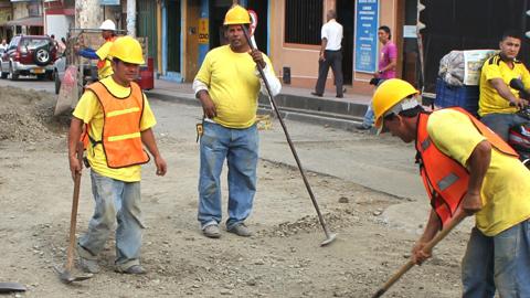 El Programa Barrio por Barrio, Calle por Calle (BxB, CxC) inicia las actuaciones de mejora previstas en calles y plazas de Palos de la Frontera, contratando a personas desempleadas de la localidad