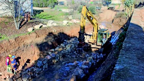 El Ayuntamiento de Arroyo del Ojanco ha destinado una inversión de 300.000 euros de fondos propios a las obras de consolidación de un nuevo tramo del cauce fluvial con el objetivo de prevenir riadas