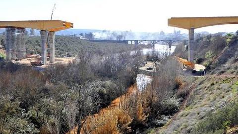 En unas semanas estará finalizado el puente por el que la autovía A-32 sorteará el cauce del río Guadalimar a su paso por Linares-Baeza, con la previsión de abrir el tráfico de la ruta Linares-Ibros