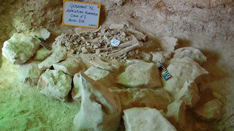 El yacimiento arqueológico Getsemaní-Cerro del Ojo de Pedrera alberga el hallazgo de un foso calcolítico con restos óseos y elementos de ajuar que podría haber sido usado como enterramiento en la Edad del Cobre