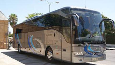 Arahal disfrutará de una rebaja de hasta un 25 por ciento en el billete de autobús, además de una renovación en la flota de vehículos, tras las continuas quejas por la baja calidad del servicio