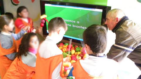 """El """"Frutibus"""" llega a Pedrera para promover los valores de una alimentación sana y hábitos de alimentación saludables entre la población infantil, dentro del marco del Plan de Consumo de Fruta en las Escuelas"""